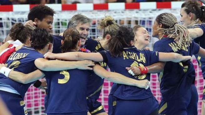 Las chicas del balonmano celebran el bronce en Londres 2012.