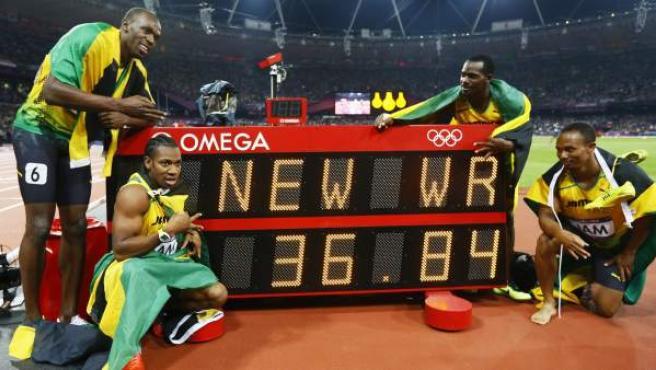 El equipo jamaicano del 4x100 celebra el oro y el récord mundial en Londres 2012.