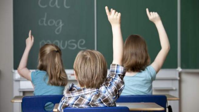 Un grupo de niños, aprendiendo inglés en clase.