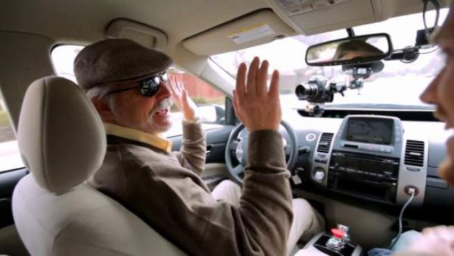 Imagen de un hombre con problemas de visión conduciendo el coche automático con el que Google hace pruebas para el proyecto Self-Driving Car Test, un sistema de conducción automatizada para vehículos.