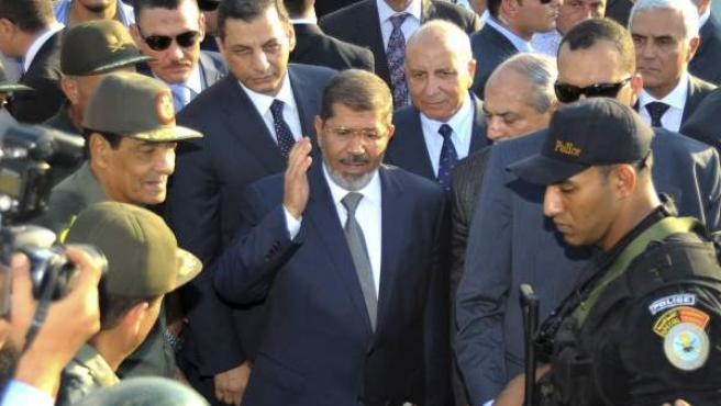 Mohamed Mursi (c) y Mohammed Hussein Tantawi (i), visitando a unos militares en un puesto de control en El Arish, capital del norte del Sinaí.