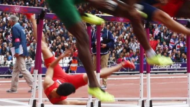 El atleta chino Xiang Liu choca con una valla durante una de las mangas de clasificación de los 110m valla masculino de la competición de Atletismo en los Juegos Olímpicos de Londres 2012 (Reino Unido).
