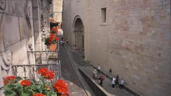 La empinada y empedrada calle Mayor de Hondarribia.
