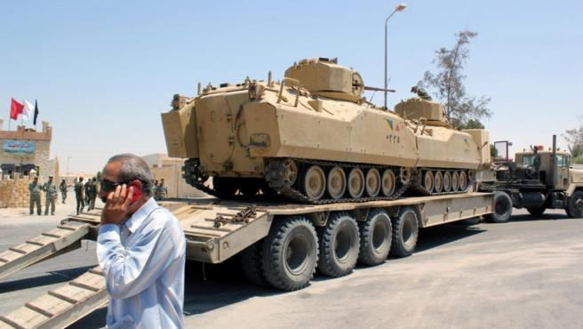 Camiones del ejército egipcio transportando tanques y maquinaria en Al Arish, en el norte del Sinaí.