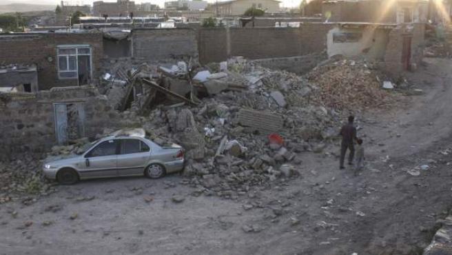 Imagen de una casa derruida en la ciudad de Varzeqan tras los terremotos que ha sufrido Irán este sábado.