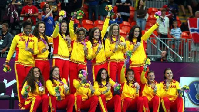 Las chicas del balonmano posan con el bronce en los Juegos Olímpicos de Londres 2012.