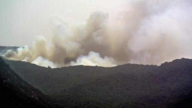 Vista del incendio forestal de la isla de La Gomera que tiene tres frentes activos, y ha obligado este domingo al desalojo de la población de diez caseríos, afectando a una superficie de 3.200 hectáreas.