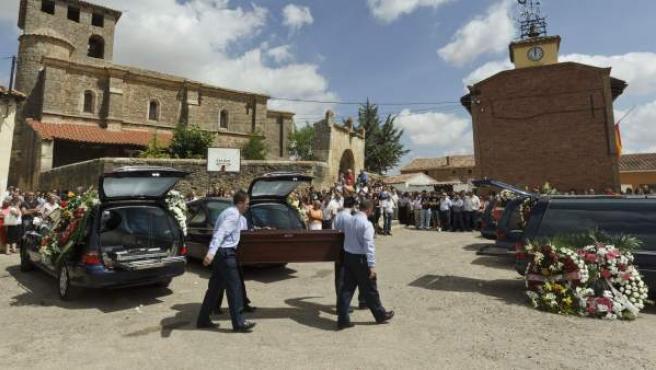 Cientos de personas han despedido este domingo en la iglesia parroquial de Zarzosa de Río Pisuerga (Burgos) a los tres menores y las tres mujeres que murieron este sábado, cuando el vehículo monovolumen en el que viajaban se salió de la carretera y cayó al Canal de Castilla en Palencia.
