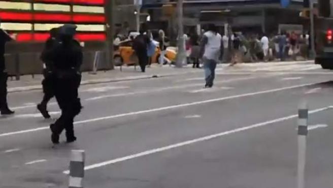 Momento en el que los policías sacan sus pistolas frente a Darrios Kennedy en Times Square.