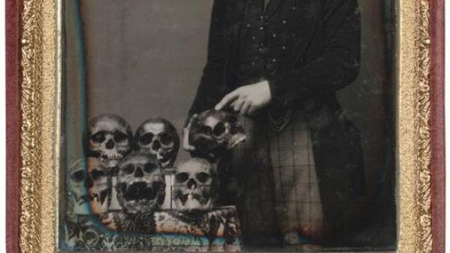 Un hombre muestra una colección de calaveras en un daguerrotipo de mediados del siglo XIX