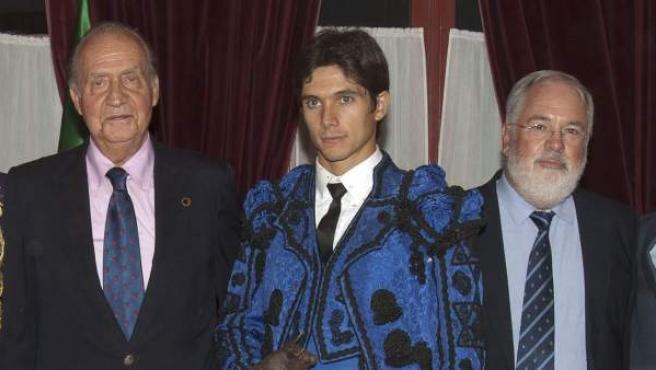 El rey Juan Carlos posa junto al ministro Arias Cañete y los diestros que participaron en la corrida del Bicentenario en Puerto de Santa María.