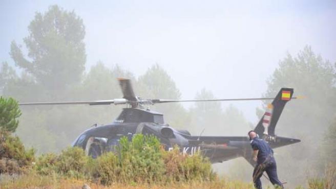 Helicóptero que colabora en el incendio de Torremanzanas