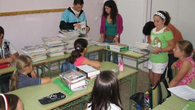 Entrega Libros Texto Gratuitos En Un Colegio De Cantabria