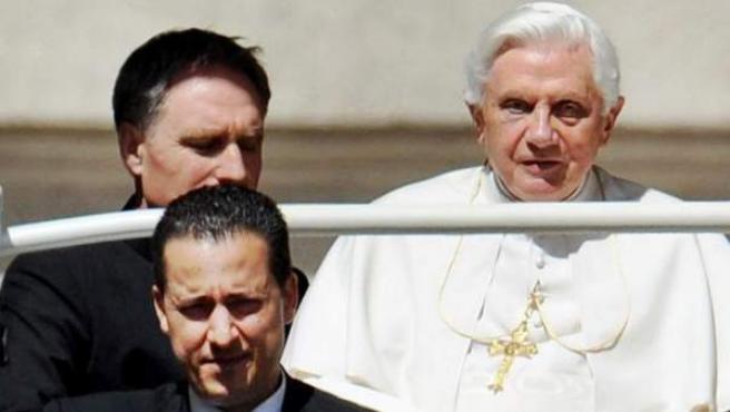 Imagendel 16 de junio de 2010 del mayordomo del Papa, Paolo Gabriele (primer plano izq), viajando con el papa Benedicto XVI a el Vaticano. El mayordomo del papa Benedicto XVI y otro empleado del Vaticano serán procesados por el robo y difusión de los documentos secretos de la Santa Sede.