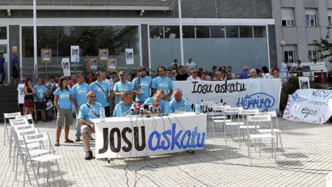 Un grupo de personas piden la puesta en libertad del preso de ETA Iosu Uribetxebarria.
