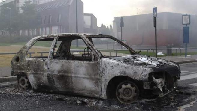 Un coche aparece quemado en la calle en Amiens (Francia).
