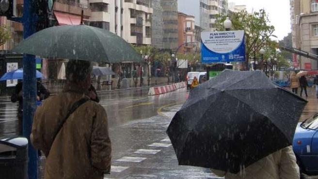 Dos Personas Caminan Bajo La Lluvia
