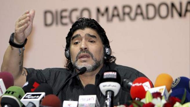 El entrenador argentino Diego Maradona da una rueda de prensa.