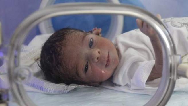 Un bebé recién nacido en una unidad de cuidados intensivos de un hospital.