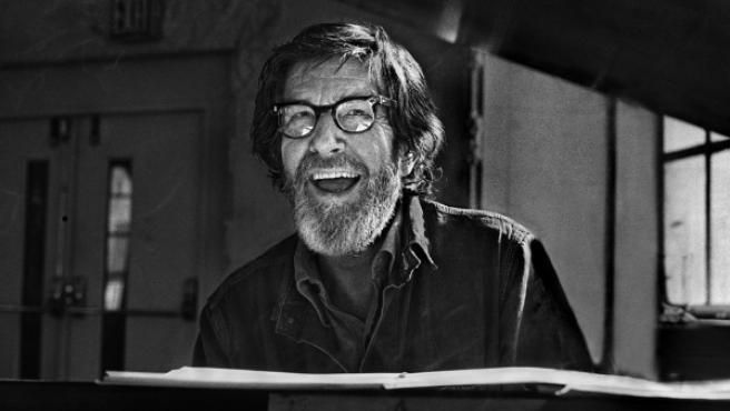 John Cage retratado en 1972, a los 60 años