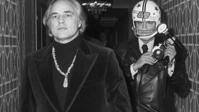 Marlon Brando y Ron Galella, con un casco de fútbol americano, en 1974