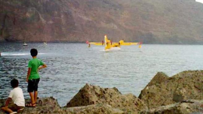 Uno de los hidroaviones que han participado en las labores de extinción reposta en un puerto de La Gomera.