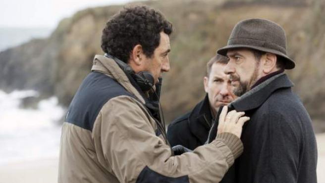 Daniel Calparsoro (izda.) da indicaciones al actor Karra Elejalde (dcha.) en presencia de Antonio de la Torre.
