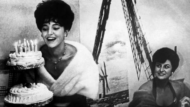 Fotografía de archivo tomada en 1962 de la baronesa Carmen Thyssen acompañada por su madre, Carmen Fernández.