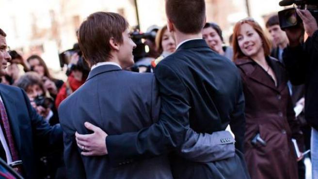 Dos jóvenes contraen matrimonio.