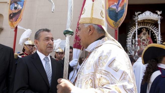 El obispo de Tenerife, Bernardo Álvarez (d), saluda al presidente del Gobierno de Canarias, Paulino Rivero (i), durante los actos en honor de la Virgen de Candelaria.