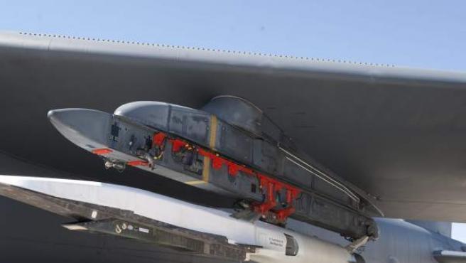 El avión no tripulado X-51A Waverider debajo del ala de un bombardero B-52.