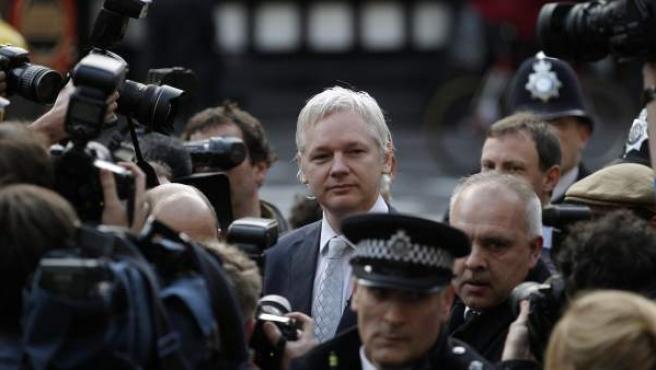 El fundador Julian Assange de WikiLeaks llega al Tribunal Supremo de Londres donde se decidirá si es extraditado de Gran Bretaña a Suecia para interrogarle sobre los presuntos abusos sexuales.