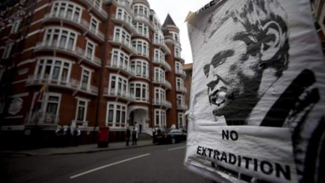 Un póster del fundador de WikiLeaks, el australiano Julian Assange, a la entrada de la embajada de Ecuador en Londres, Reino Unido.