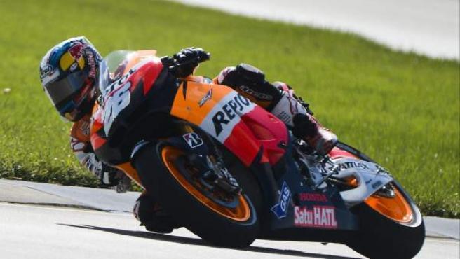 El español Dani Pedrosa toma una curva durante la primera sesión libre para la carrera de Red Bull Indianapolis de Moto GP.