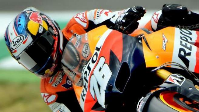 El piloto español de MotoGP Dani Pedrosa (Repsol Honda) toma una curva durante una sesión de entrenamientos.