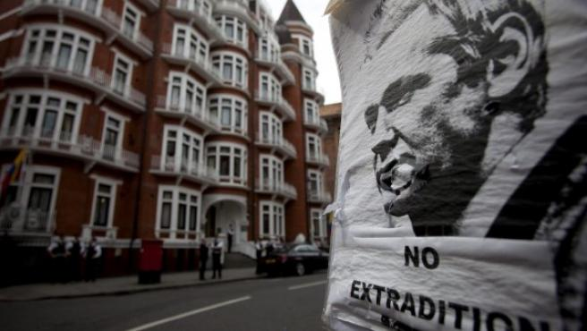 Un póster del fundador de WikiLeaks, el australiano Julian Assange, a la entrada de la embajada de Ecuador en Londres.