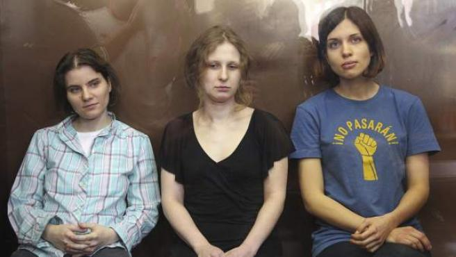 Yekaterina Samutsevich (izda.), Nadezhda Tolokonnikova (dcha.) y Maria Alyokhina (centro) de Pussy Riot, durante su juicio en Moscú el 17 de agosto de 2012.