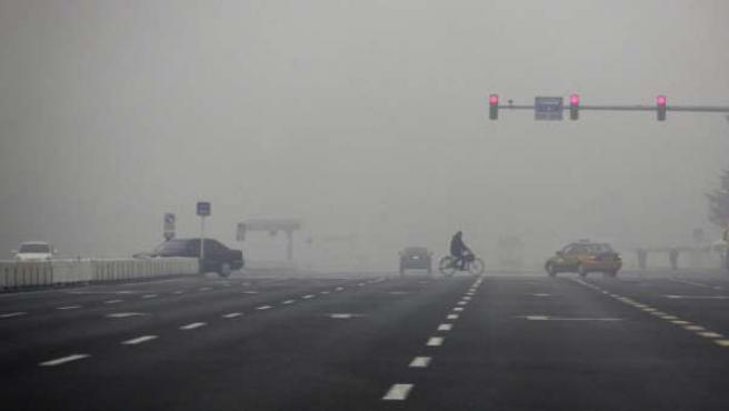 Espesa contaminación que se puede observar a ras de suelo en la plaza Tiananmen, de Pekín.