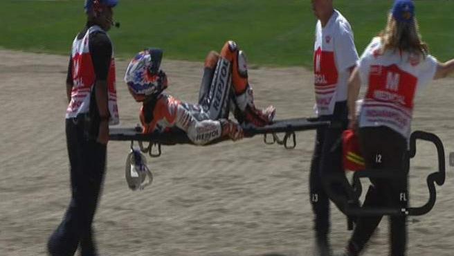 Casey Stoner, retirado en camilla tras una caída en Indianápolis.