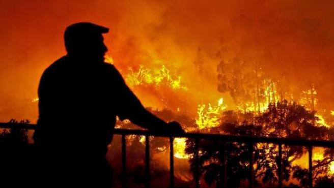 Un hombre contempla un incendio declarado al sur de Portugal.