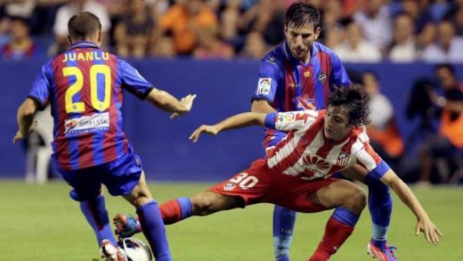 El jugador del Atlético de Madrid, Oliver Torres, frente al Levante.