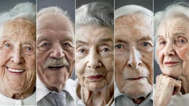 Imagen de seis ancianos que tienen más de cien años y han sobrevivido a dos guerras mundiales.