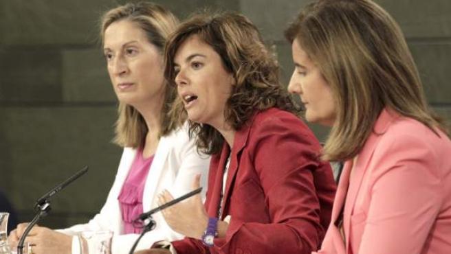 La vicepresidenta del Gobierno flanqueada por las ministras de Fomento y de Empleo.
