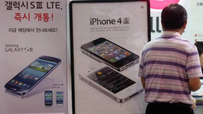 Fotografía disponible el 25 de agosto de 2012 donde se ve a un hombre visitando una tienda de la Compañía Samsug Electronics el 24 de agosto de 2012 en Seúl (Corea del Sur).