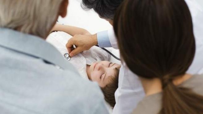 Un médico de familia atiende a un menor.