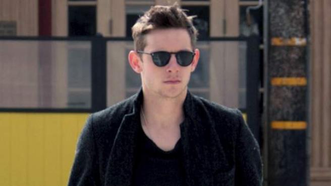 El actor Jamie Bell paseando por California.