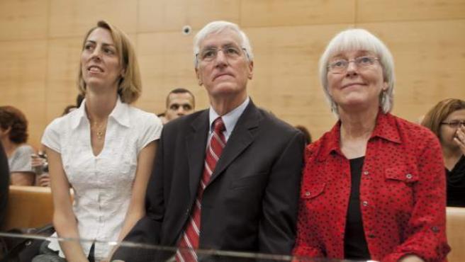 Cindy (dcha), Craig (c) y Sarah Corrie (izq), padres y hermana de la activista pro palestina estadounidense Rachel Corrie, en el Tribunal Superior de Haifa (Israel).