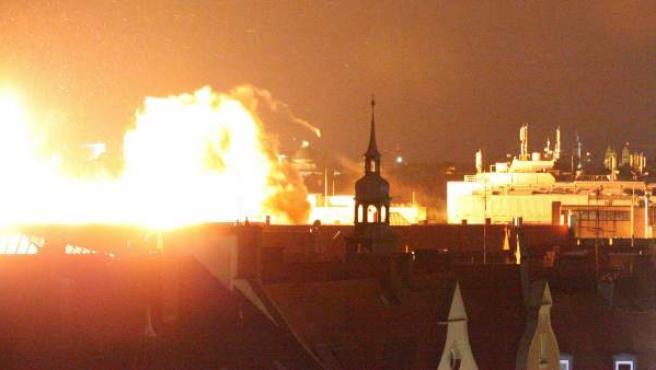 Vista general de una explosión de forma controlada, cuando artificieros han hecho estallar una bomba de la II Guerra Mundial en la ciudad alemana de Múnich.