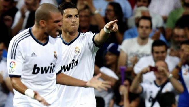Cristiano Ronaldo celebra con su compañero Pepe un gol ante el Barça.