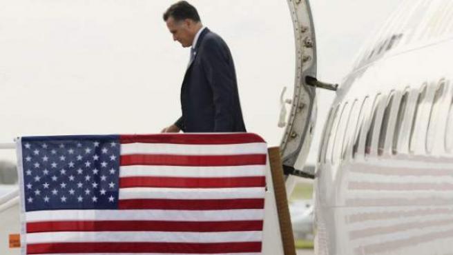 El candidato republicano a la presidencia de EE UU, Mitt Romney, baja de su avión charter en Tampa, Florida.